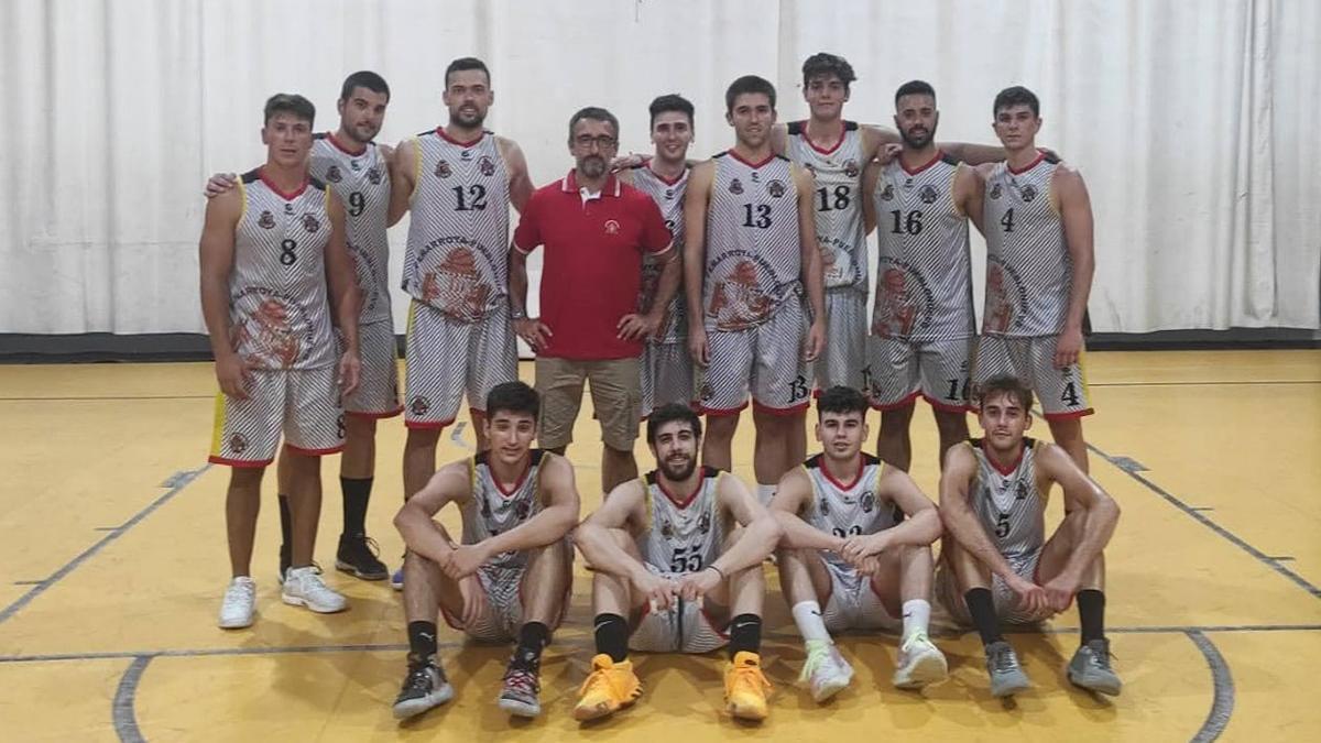 Jugadores del Peñarroya tras la primera victoria de la pretemporada.