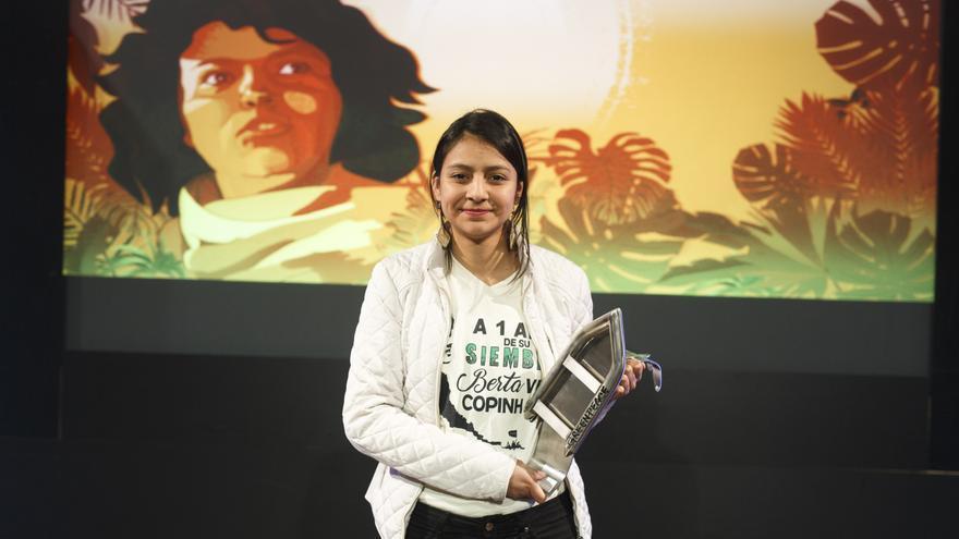 Laura Zúñiga, hija de Berta Cáceres, recoge el premio Artemio Precioso que Greenpeace ha otorgado a su madre.