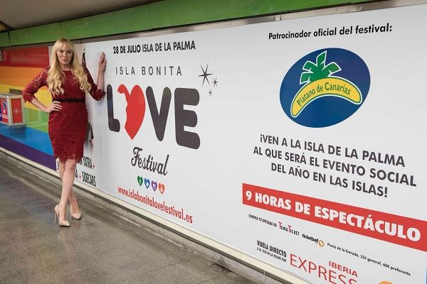 "Topacio Fresh junto al cartel del ""Isla Bonita Love Festival"" en la estación de Chueca | Isla Bonita Love Festival"