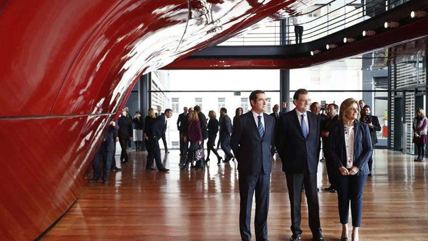 Rajoy renueva su compromiso con los empresarios, a los que pone como ejemplo de país