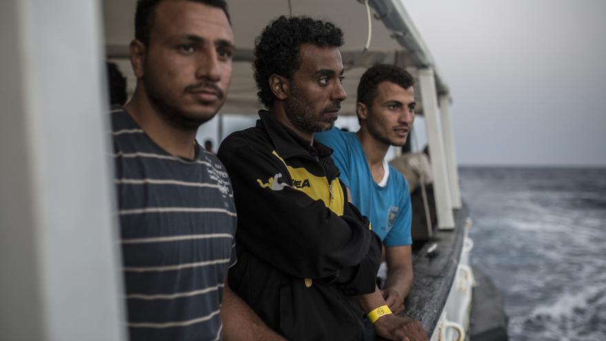 Tres hombres rescatados en el barco del Open Arms. OLMO CALVO.