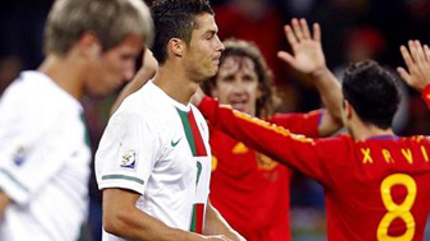 Xavi y Poyol celebran la victoria ante Portugal en Sudáfrica 2010. (EUROPA PRESS)