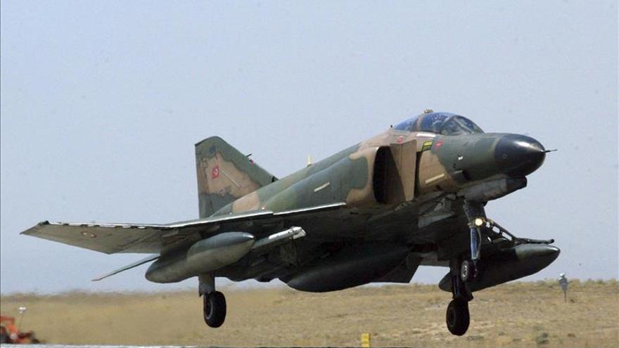 Mueren cuatro pilotos turcos al chocar dos cazas en el este de Turquía