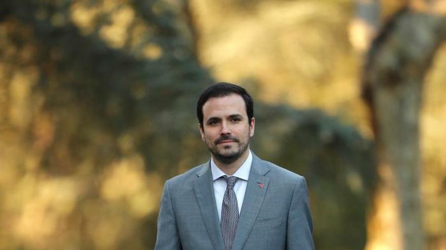 El ministro de Consumo, Alberto Garzón, llega al Palacio de la Moncloa para asistir al primer Consejo de Ministros del Gobierno de coalición presidido por Pedro Sánchez.