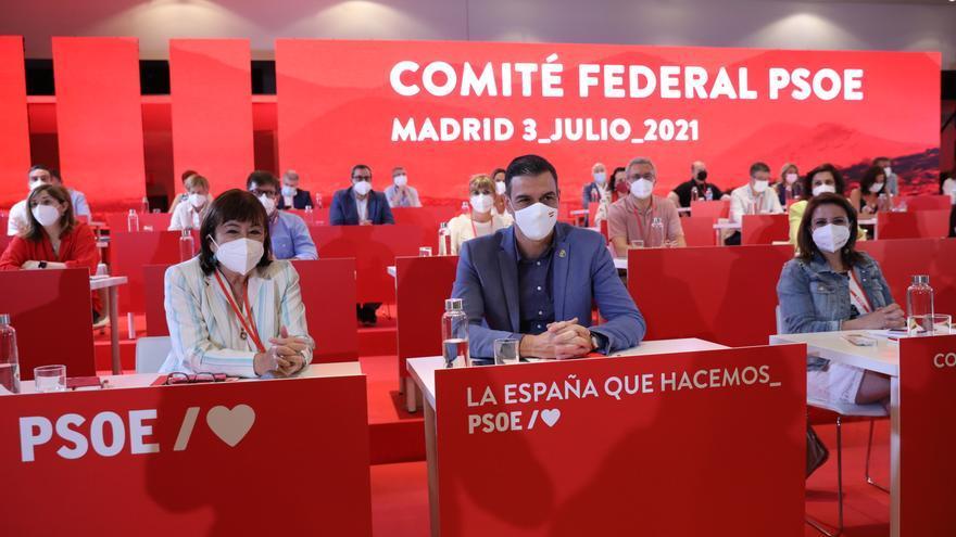 La presidenta del PSOE, Cristina Narbona; el presidente del Gobierno, Pedro Sánchez y la vicesecretaria general del PSOE, Adriana Lastra