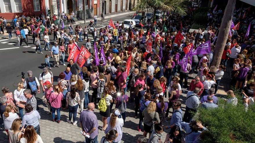 El grupo de gobierno del Cabildo de Gran Canaria se concentró este jueves a las puertas de la sede de la corporación. (EFE/Ángel Medina G.)