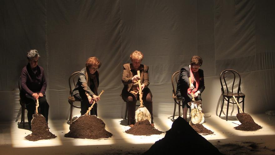 Milagros Martín, Goya Bravo, Julia Merino y Carmina Alonso, protagonistas de 'Exhumación. Materia cruda'.   Merche de la Fuente