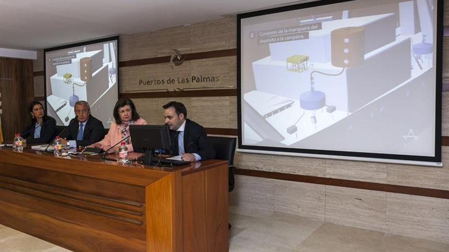 El secretario de Estado de Infraestructuras, Julio Gómez Pomar (2i), acompañado por la delegada del Gobierno en Canarias, Marías del Carmen Bento (i). (EFE/Ángel Medina G.).