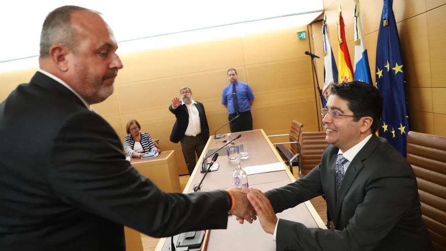 Arriaga, líder de Ciudadanos, saluda al socialista Pedro Martín tras acceder a la presidencia de la Corporación insular