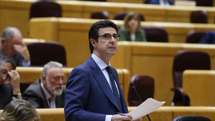 Soria defiende que Industria hizo la norma renovable ante críticas oposición