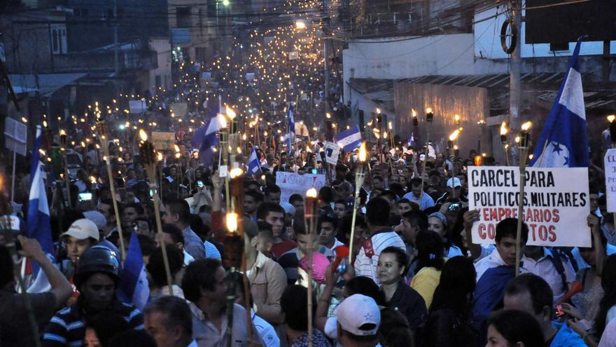 La multitudinaria marcha de las antorchas, convocada por el colectivo de indignados de Honduras, recorrió las calles de Tegucigalpa. /EFE