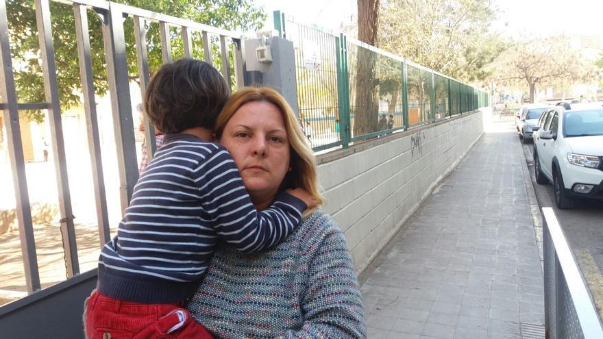 Cristina D. con su hijo, a las puertas del colegio Reyes Católicos de Silla
