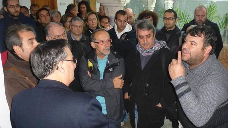 Miembros del Campamento Dignidad hablan con el  vicario general de la Archidiócesis Mérida-Badajoz