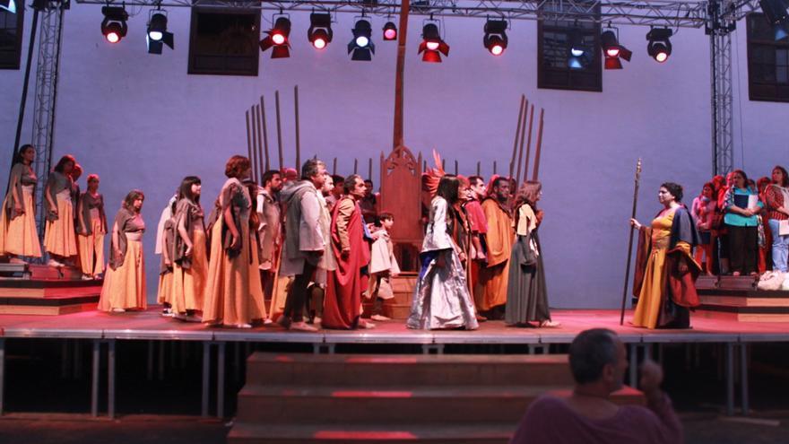 40 actores de diferentes edades representan la obra de Luis Cobiella. Foto: CLAUDIA PAIS