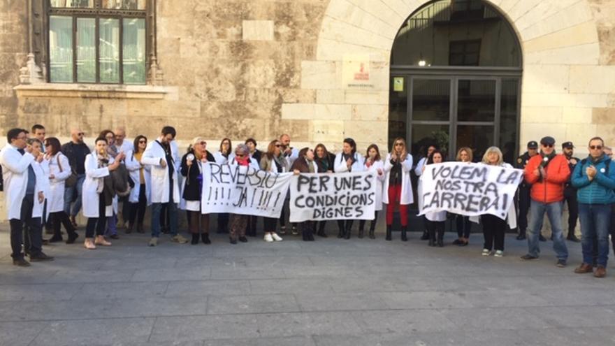 Trabajadores del hospital de Dénia protestan en el Palau de la Generalitat