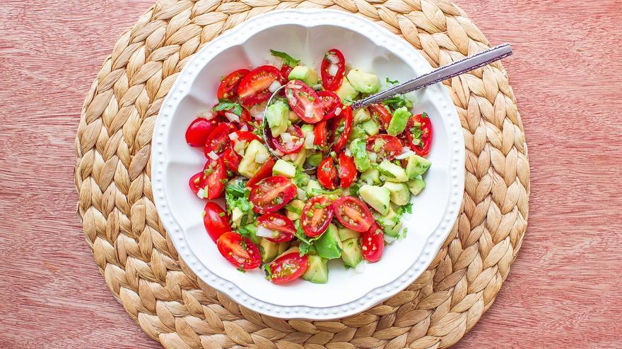 Ensalada de aguacate y tomate cherry con vinagreta de mostaza lista para comer