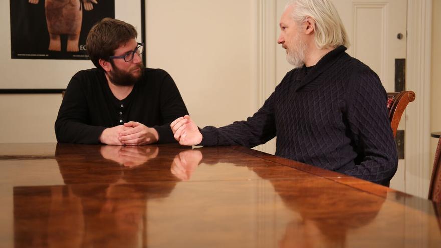 Miguel Urbán y Julian Assange, el 4 de enero en Londres.