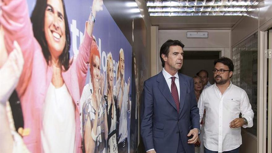 El ministro de Industria y presidente del Partido Popular de Canarias, José Manuel Soria, y el secretario regional Asier Antona, a su llegada a la reunión de la comisión ejecutiva regional celebrada en Las Palmas de Gran Canaria. (EFE/Ángel Medina G)
