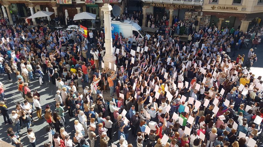 Paro de cinco minutos por la España vaciada en la plaza del Torico de Teruel