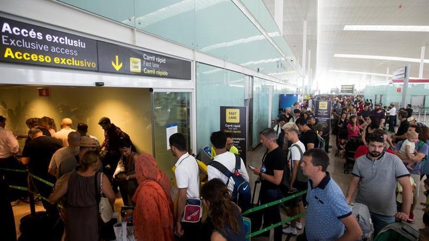 Normalidad en controles seguridad El Prat, con colas de entre 10 y 20 minutos