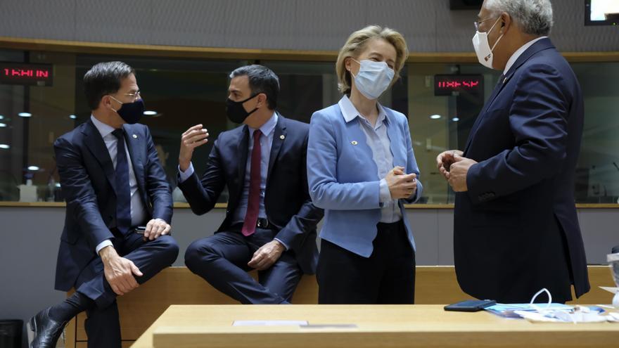 El primer ministro holandés, Mark Rutte; el presidente del Gobierno, Pedro Sánchez; la presidenta de la Comisión Europea, Ursula von der Leyen; y el primer ministro portugués, António Costa; este lunes en Bruselas.