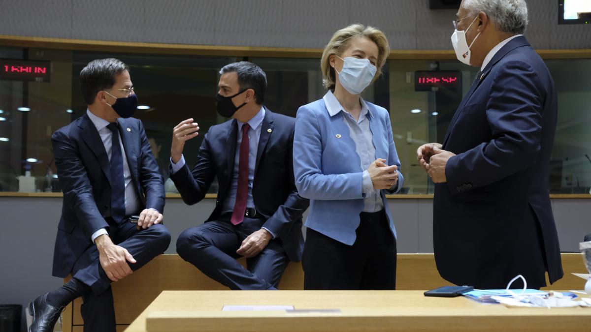 Mark Rutte, primer ministro holandés; Pedro Sánchez, presidente del Gobierno español; Ursula Von der Leyen, presidenta de la Comisión Europea; y António Costa, primer ministro portugués.