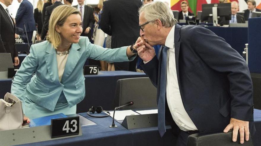 """Juncker espera ratificar el acuerdo comercial con Canadá """"lo antes posible"""""""