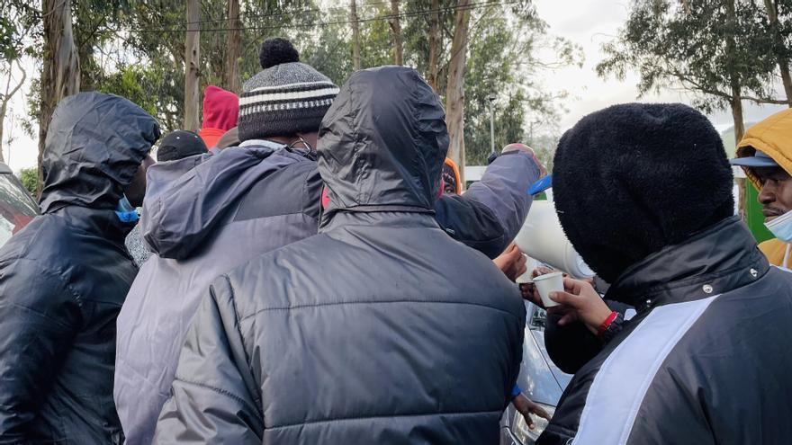 Migrantes se reparten chocolate cedido por vecinos y vecinas de Tenerife en el exterior del campamento de Las Raíces