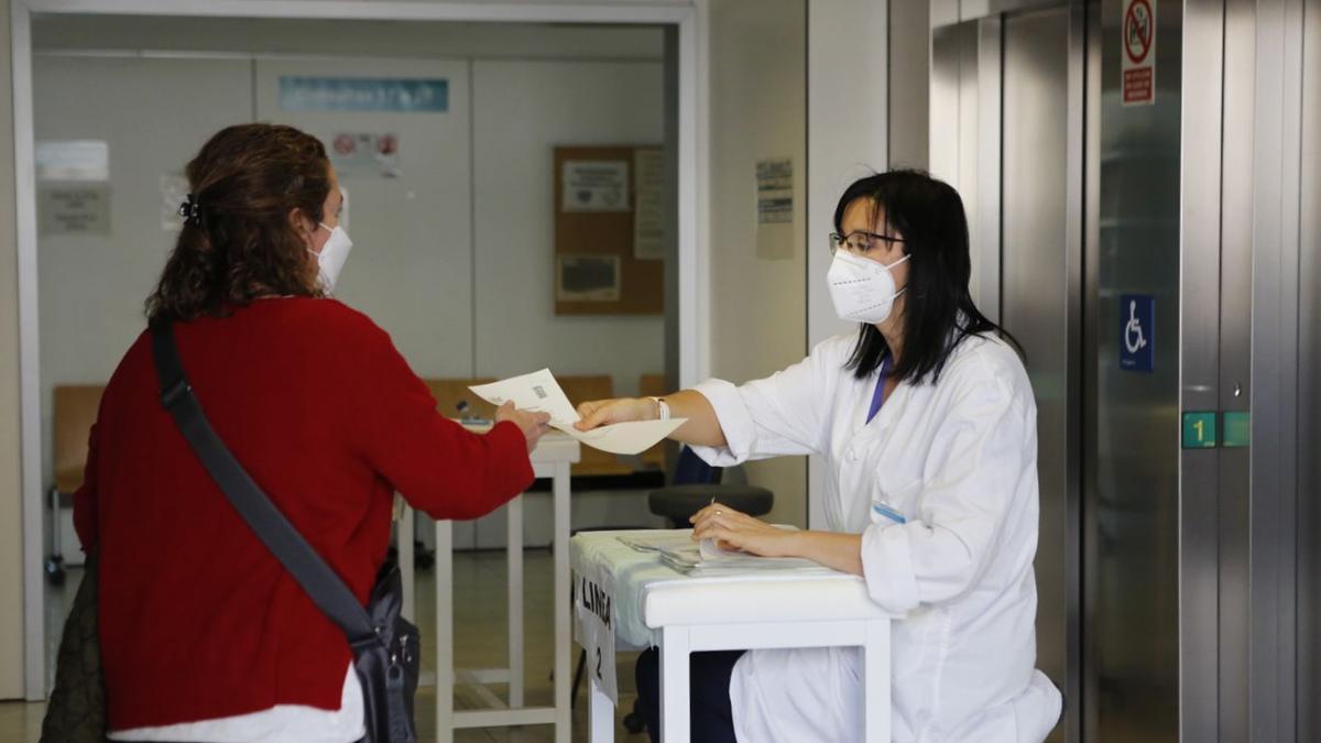 Vacunación en el centro de salud de La Almozara (Zaragoza)