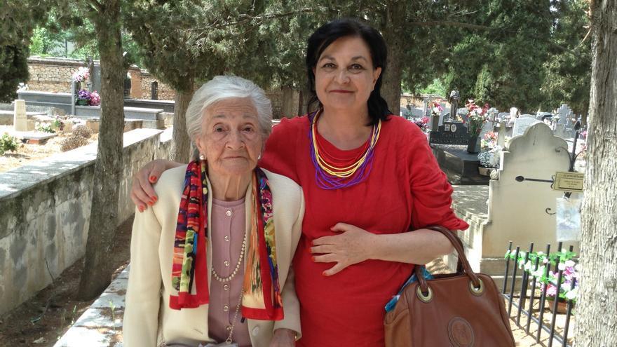 Ascensión Mendieta y su hija, hoy, en el cementerio de Guadalajara