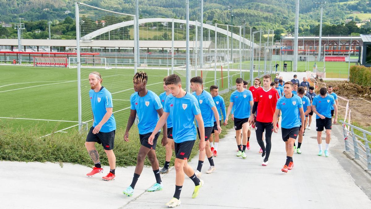 Los jugadores del Athletic Club camino al primer entrenamiento de la pretemporada