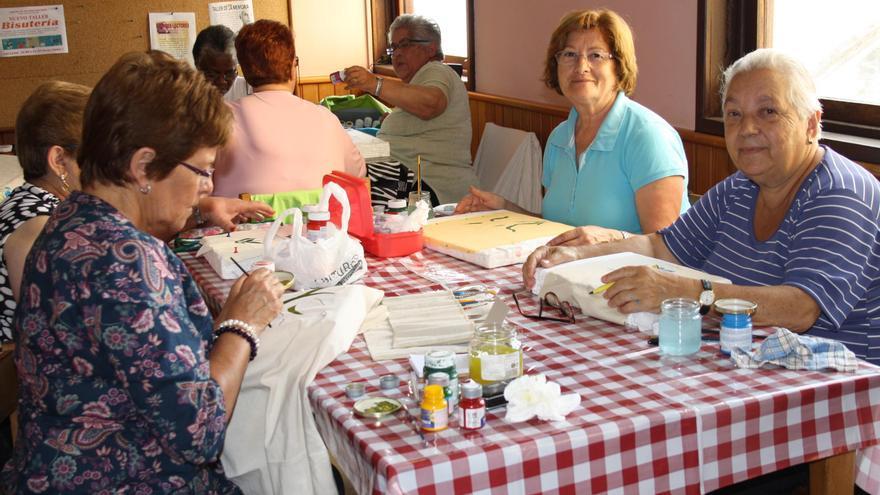 En imagen, participantes  en un tallar del Centro de Día de Mayores  de Santa Cruz de La Palma.