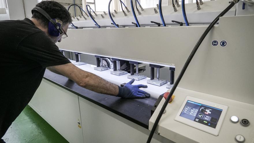 Un trabajador en la fábrica de Plastic Express, en Barcelona