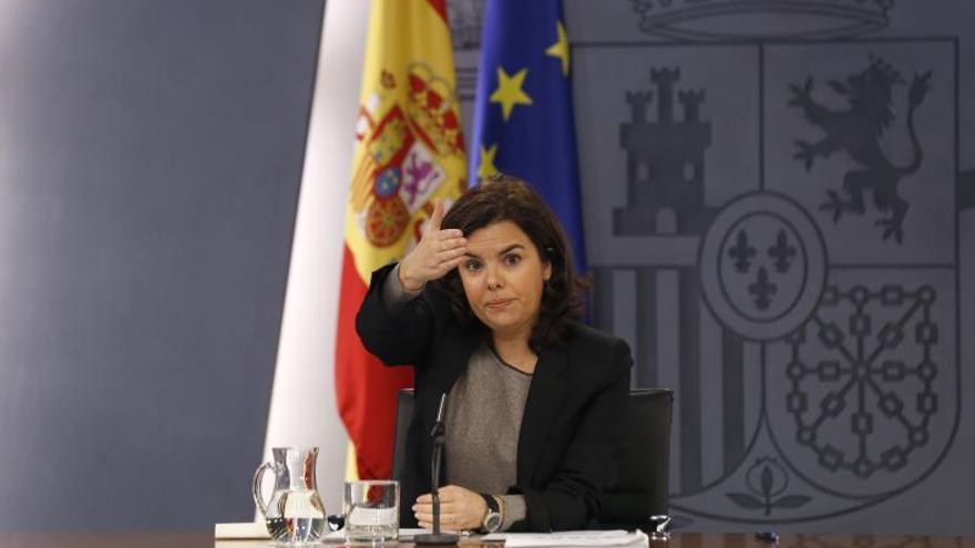 """Sáenz de Santamaría dice que """"la demora del debate de investidura no puede ser sine die"""""""
