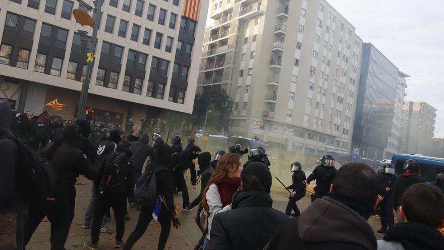 Los Mossos cargan contra manifestantes que querían evitar un acto de Vox