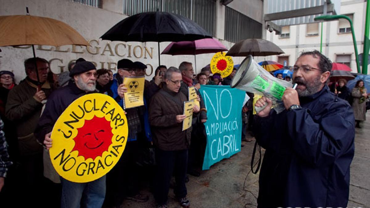Pepe Larios (dcha), en una manifestación contra la ampliación de El Cabril
