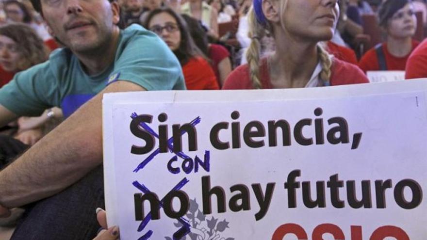 Científicos en una protesta en defensa de la ciencia española