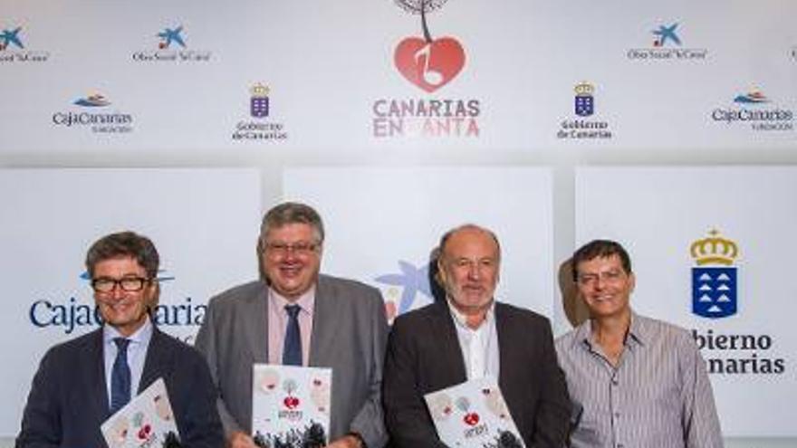 La nueva  edición  de 'Canias Encanta' fue presentada por Aurelio González, viceconsejero de Cultura del Gobierno de Canarias; Alberto Delgado, presidente de la Fundación CajaCanarias; Benito Cabrera, director del proyecto; y Andrés Orozco, director territorial de CaixaBank.