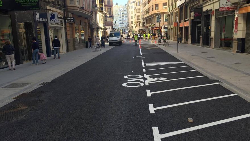 Así ha quedado la calle Padilla con aceras más anchas y menos espacio para el tráfico.