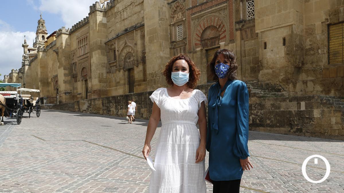 Ana Naranjo y Martina Velarde ante la Mezquita-Catedral de Córdoba.
