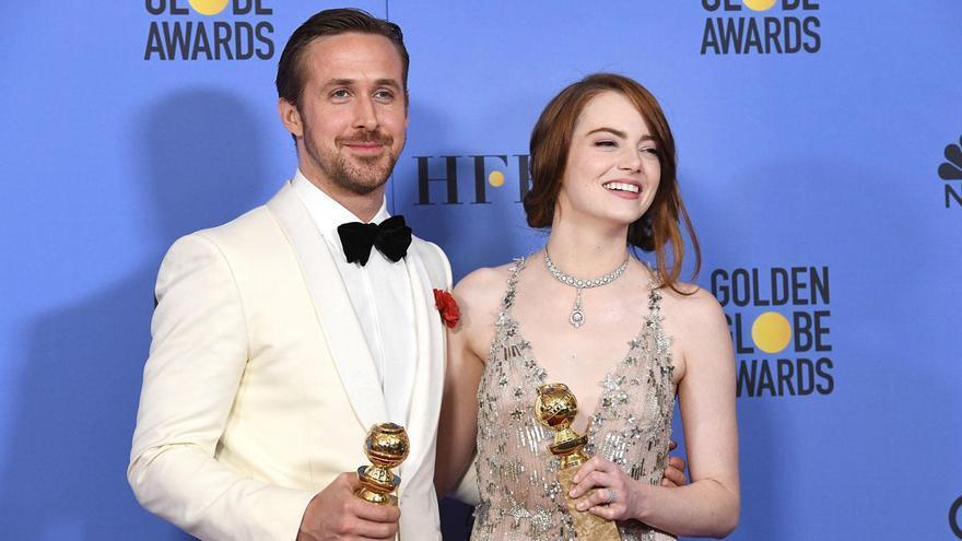 Ryan Gosling y Emma Stone posan con sus Globos de Oro al Mejor Actor y la Mejor Actriz de Comedia o Musical