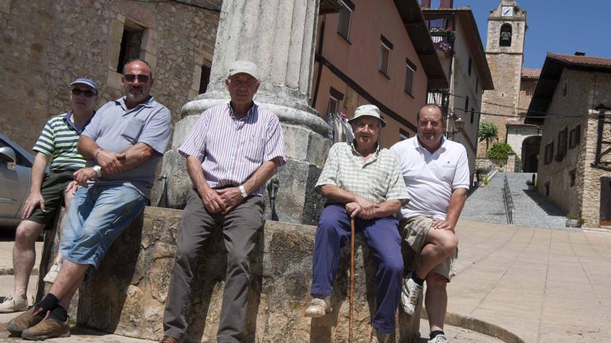 Varios vecinos del pueblo de Lagrán junto a la fuente del pueblo.