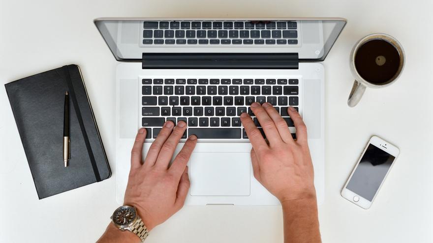 Un ordenador y mucha paciencia hace falta para publicar una novela en Twitter (Imagen: Pexels)