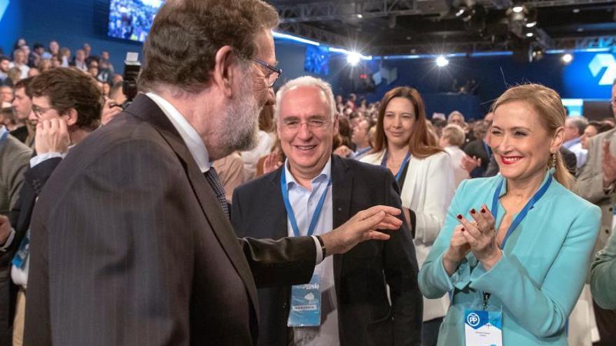 Rajoy saluda a Cifuentes durante el acto de clausura de la Convención Nacional del PP
