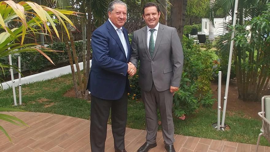 El alcalde de Arona, José Julián Mena (d), junto con el vicepresidente de Relaciones Gubernamentales e Institucionales de SEAT y del Grupo Volkswagen en España, Ramón Paredes.