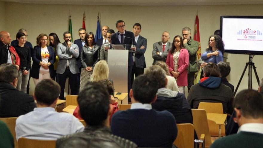El presidente de la Diputación de Badajoz, Miguel Ángel Gallardo, presenta los presupuestos de la Institución provincial en Cabeza del Buey acompañado por toda la corporación