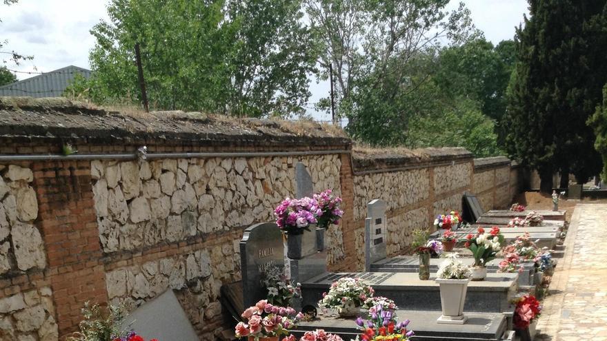 Linea de fosas colectivas en el cementerio civil de Guadalajara