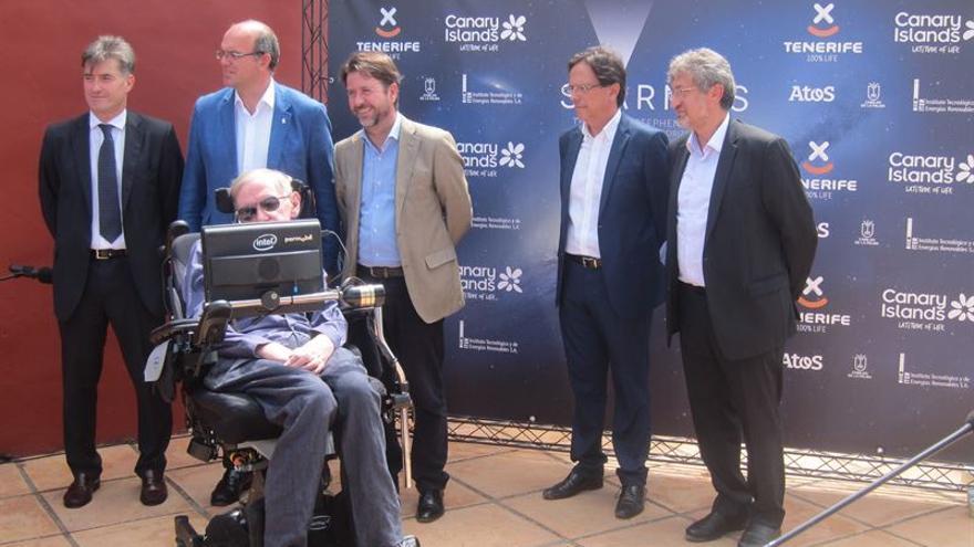 Anselmo Pestana (segundo  por la izquierda), junto a Stephen Hawking, este viernes, en El Sauzal, en la presentación de la tercera edición del Festival Starmus. Foto: Europa Press.