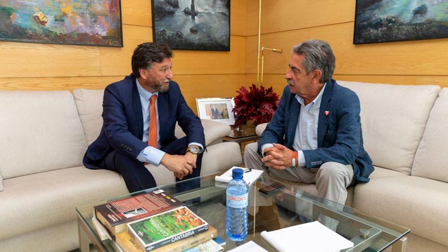 Miguel Ángel Revilla recibe en su despacho al diputado de Vox Cristóbal Palacio. | MIGUEL LÓPEZ