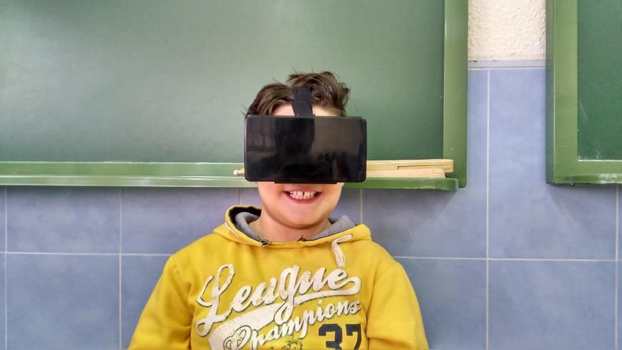 Uno de los alumnos de Costa, con las gafas de realidad virtual que emplean en clase